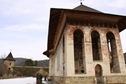 pridvorul manastirii moldovita