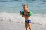 un copil la plaja