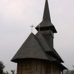 O bisericuta de lemn pe traseul Rucar – Bran